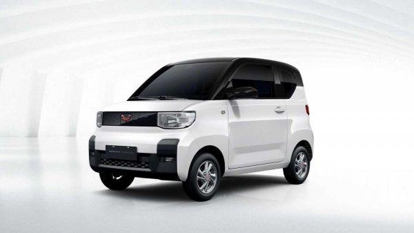 mobil listrik wuling berwarna putih