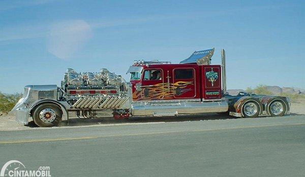 Gambar menunjukkan modifikasi truk warna merah silver