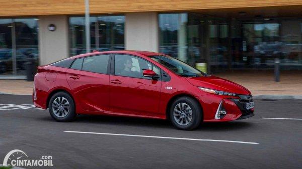 Tampak samping Toyota Prius PHE merah