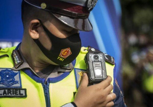 Foto menunjukkan Polisi dilengkapi kamera ETLE Mobile