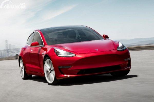 Mobil Tesla warna merah