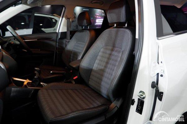 Foto kursi penumpang depan dan pengemudi KIA Sonet Smart 2021