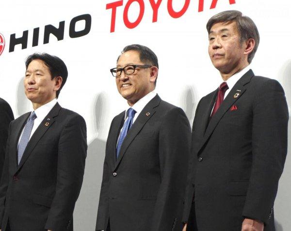 CEO Toyota, Isuzu, dan Hino berfoto bersama