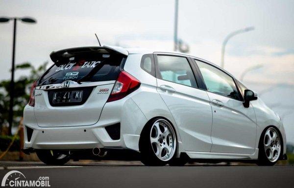 modifikasi lowering kit Honda Jazz berwarna putih