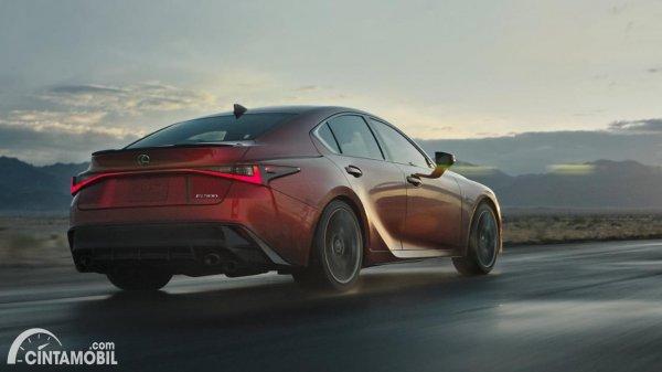 Gambar Lexus IS 500 F Sport Performance 2021 berjalan