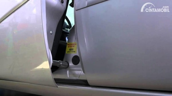 Pintu mobil abu-abu