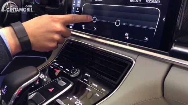 Pengemudi mengatur Touchscreen Air Vents