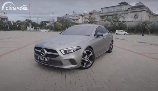 tampilan samping Mercedes-Benz A-Class