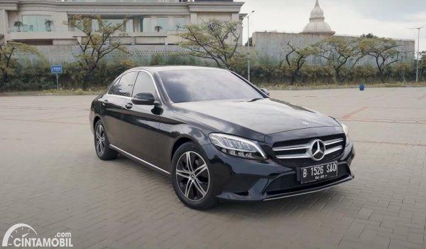 tampilan samping Mercedes-Benz C-Class