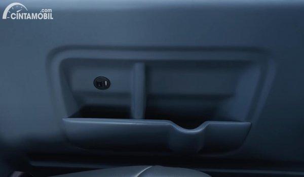 Fitur charger Suzuki Carry 1.5 Minibus
