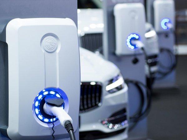 mengisi daya mobil listrik