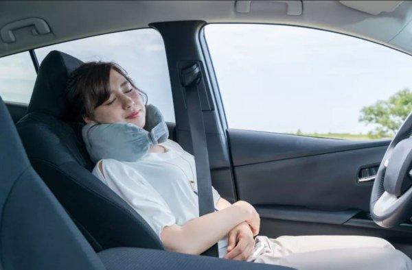 Foto menunjukkan pengemudi sedang tiduran di dalam mobil