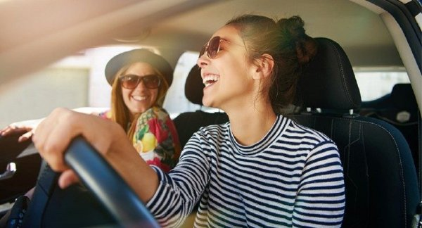 Gambar menunjukan Wanita dan mobil