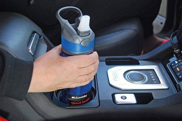 Foto menunjukkan pengendara Membawa minuman di mobil