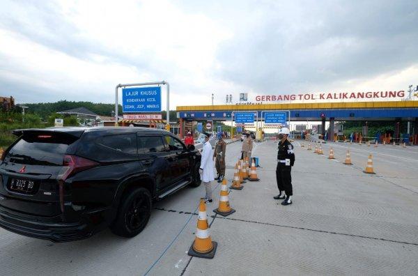 Foto kendaraan dipersiksa di pos penyekatan arus mudik lebaran 2020 di GT Kalikangkung
