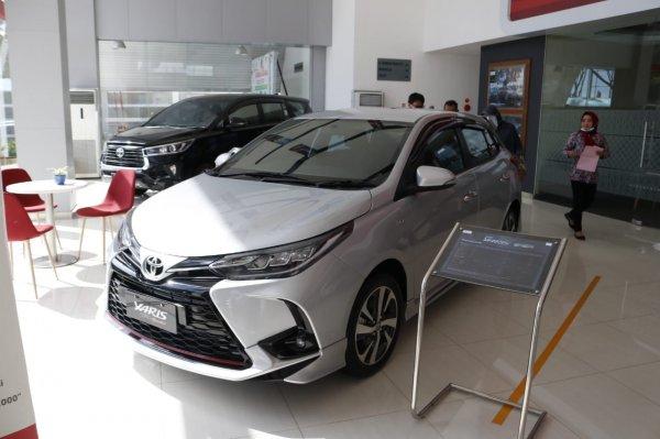 Foto menunjukkan Toyota Yaris di showroom
