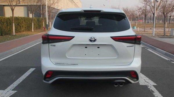 Tampilan belakang Toyota Crown SUV