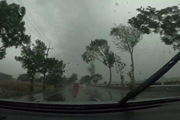 Foto menunjukkan Cuaca ekstrem di perjalanan