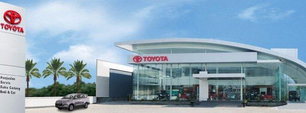 Promo mobil Toyota di showroom