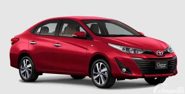 Toyota Vios berwarna merah yang dipasarkan di Indonesia