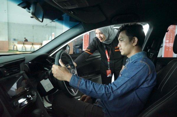 Gambar menunjukan Laki-laki membeli mobil