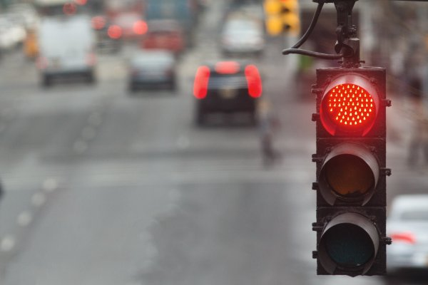 Lampu lalu lintas terdiri dari tiga warna