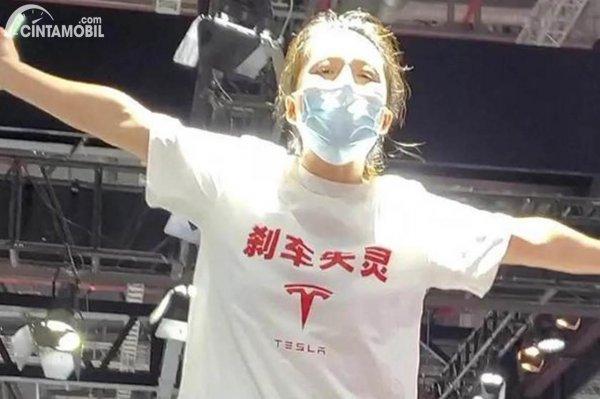 Wanita Protes Tesla