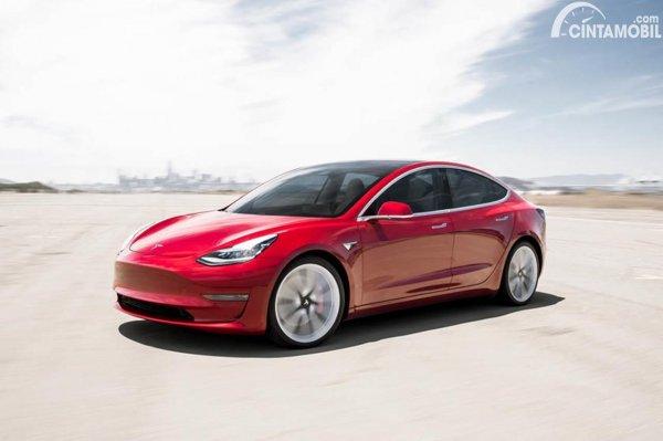 Tesla Model 3 merah