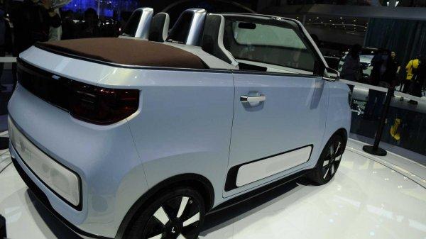 Foto menunjukkan Wuling Hongguang MINI EV Cabrio dari samping belakang