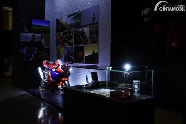 Honda CBR-1000RR-R Fireblade mejeng di Dreams Cafe