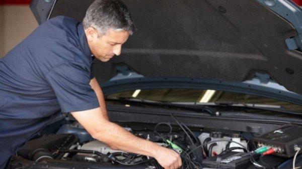 memeriksa AC untuk memastikan kenyamanan berkendara