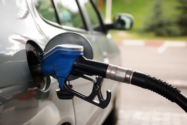 Kendaraan mengisi bensin
