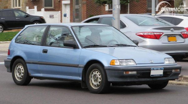 Tampak samping Honda Civic 1900 abu abu
