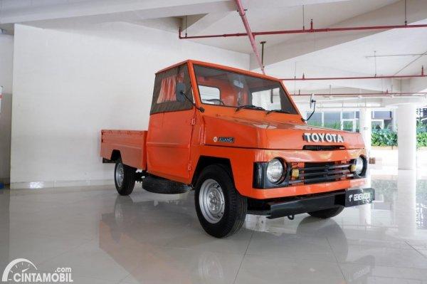 Tampak depan Toyota Kijang generasi pertama orange
