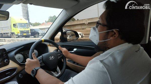 Foto tim Cintamobil.com di balik kemudi Hyundai Santa Fe 22D Signature AT 2021