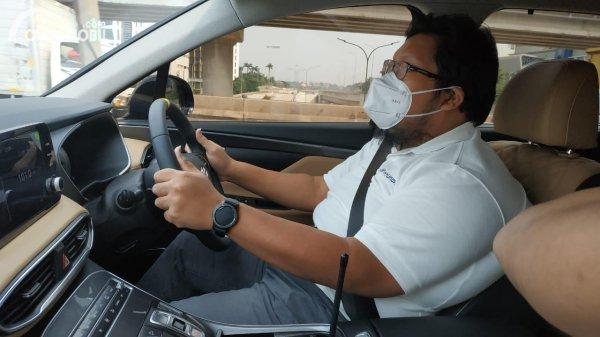 Foto tim Cintamobil.com sedang tes Hyundai Santa Fe bensin