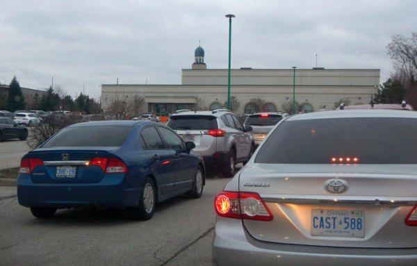 Foto menunjukkan sejumlah kendaraan tengah menanti waktu berbukan di Masji Islamic Center Canada