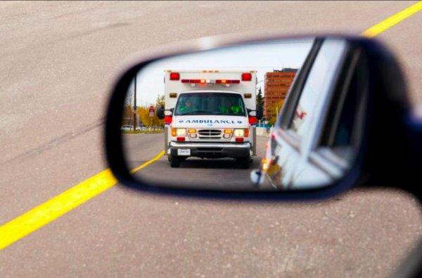Foto Ambulance terlihat di spion