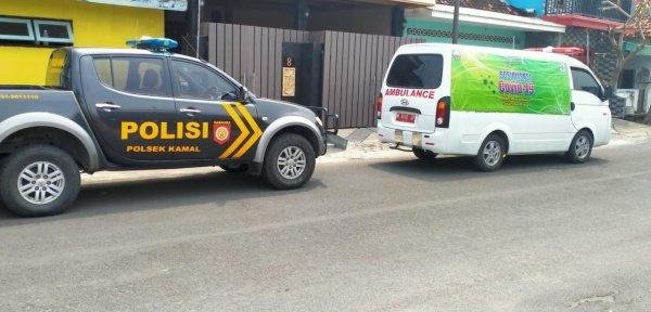 Foto Ambulans dan mobil patroli polisi Polsek Kamal