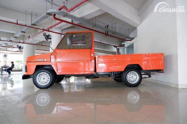 Tampak samping Toyota Kijang 1977 orange