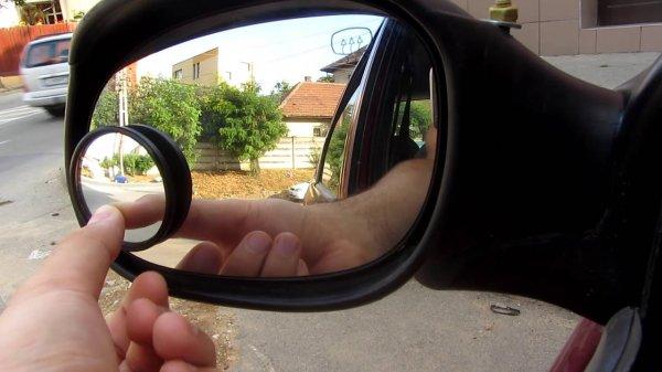 Foto mengatur spion mobil