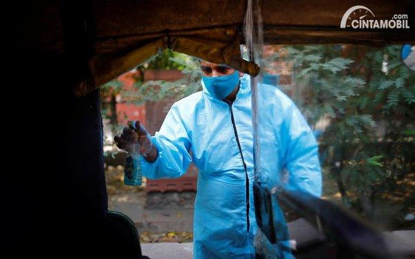 membersihkan bajaj dengan sanitizer