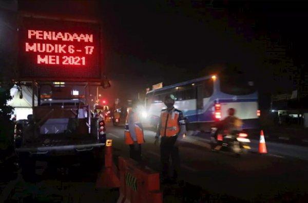 Foto suasana di Titik Penyekatan Tanjungpura Karawang malam hari
