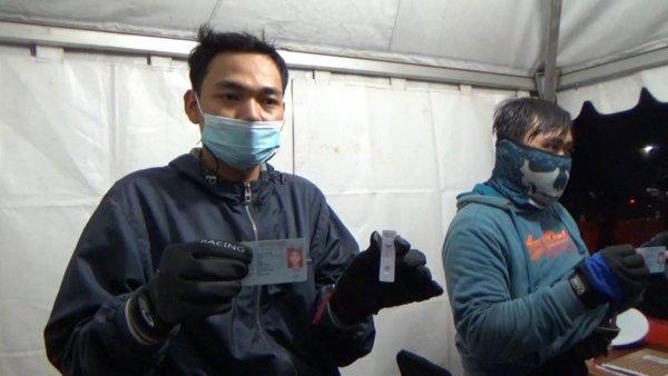 Foto menunjukkan seorang Pemudik asal Pemalang menunjukkan hasil tes antigen di pos penyekatan Tanjungpura Karawang