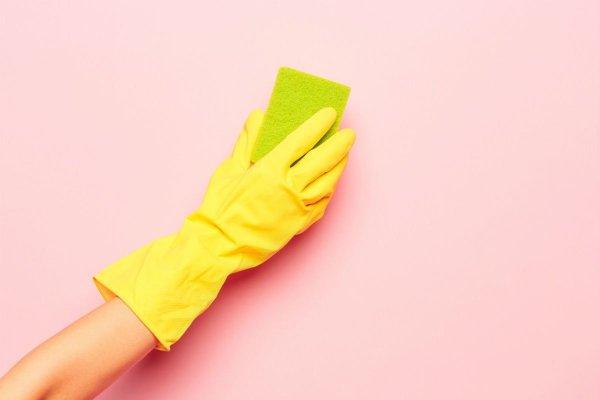 membersihkan kaca mobil dengan sponge lembut