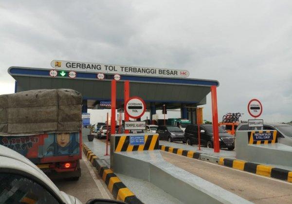 Foto menunjukkan Gerbang Tol Terbanggi Besar