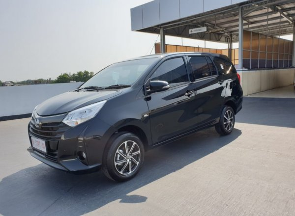 Foto Toyota Calya tampak samping depan