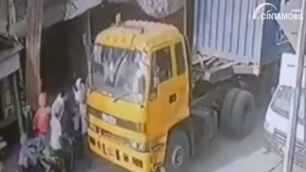Gambar truk dikeroyok