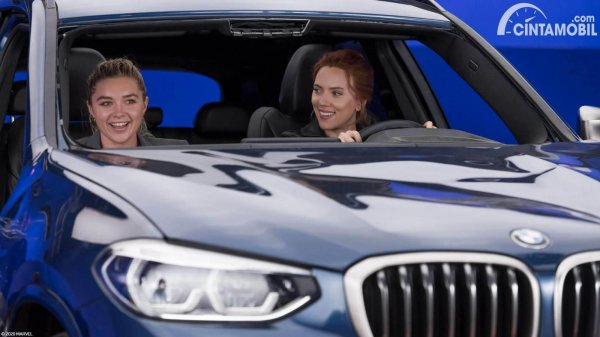 Scarlett Johansson dan Florence Pugh di BMW X3