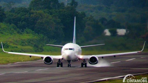 Gambar pesawat Garuda sedang landing